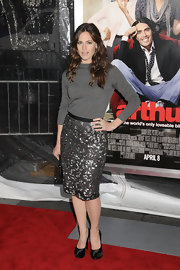 Jennifer looked sleek and lovely in a charcoal gray boatneck sweater and shimmering pencil skirt.
