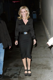 Jenny looked simply chic in all black. Her high-waist long skirt accentuated her sultry curves.