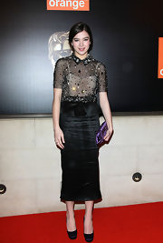 Hailee Steinfeld looked ladylike in black satin square toe platforms.