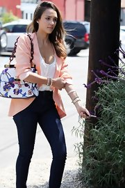 Jessica Alba's floral shoulder bag went perfectly with her peach blazer!