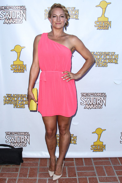 Zoe's one-shoulder Grecian-inspired mini dress looked cool and stylish on the actress.