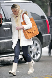 "Katherine Heigl was spotted carrying a cognac leather purse in between takes of ""New Year's Eve."""
