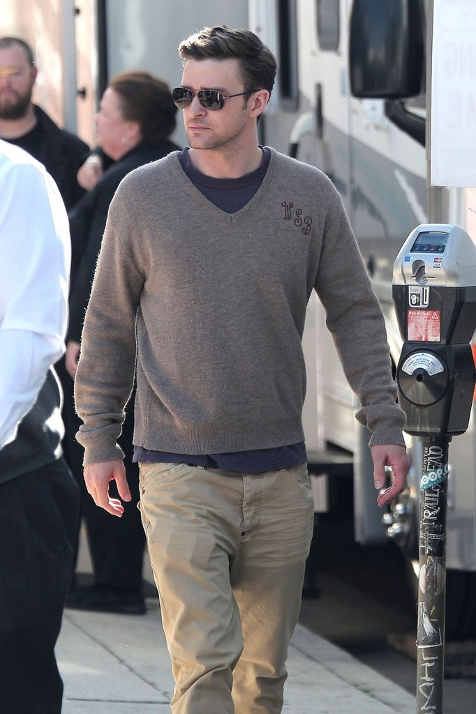9146fa81b6e A V-neck sweater made Justin Timberlake's afternoon on set look uber casual.