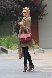 Katherine Heigl fought the fall chill in a long camel cardigan and a pair of skintight skinny jeans.