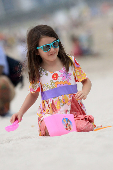 http://www4.pictures.stylebistro.com/pc/Katie+Holmes+daughter+Suri+enjoy+day+surf+vBfotmUWz_Sl.jpg