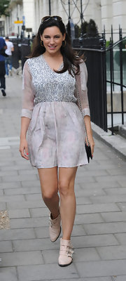 Kelly stepped out in a pretty Gray  printed summery frock.