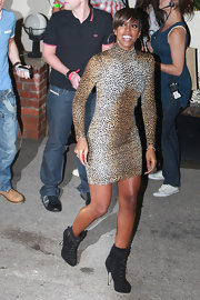 Kelly paired her roaring leopard print dress with suede lace-up ankle boots.