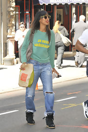 Kelly rocked a pair of baggy ripped jeans for a cool and comfy look.