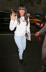 Kelly Rowland looked cool and casual in this gray long-sleeve t-shirt.
