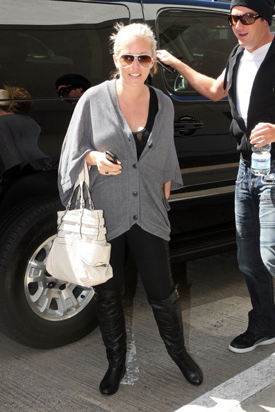 Kendra carried a cute white leather multi-strapped spring time bag when she arrived at LAX. This stylish accessory is great for traveling and it brightened her ensemble.