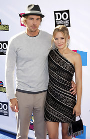 Dax Shepard was dressed down in a gray crewneck sweater and khakis for the Do Something Awards.