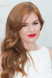To instantly add a touch of Hollywood glamour to her look, Isla Fisher chose a crimson red lipstick for her full lips.