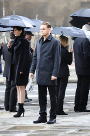 Leonardo DiCaprio made a simple black raincoat look so stylish in his cellphone commercial.