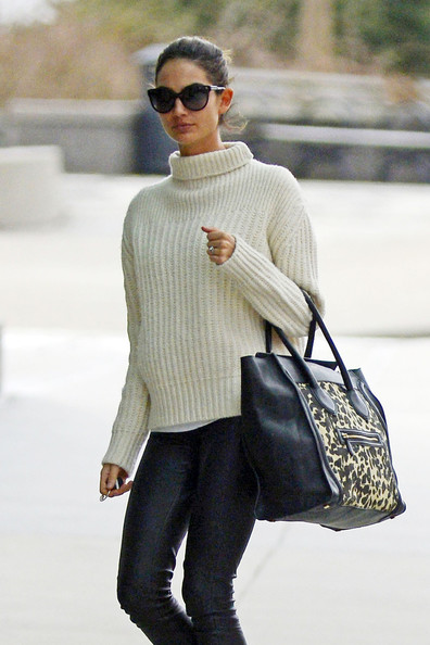 Lily Aldridge Runs Errands in NYC