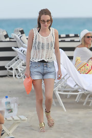 Rosie looked right at home on the beach in a pair of cuffed denim shorts.
