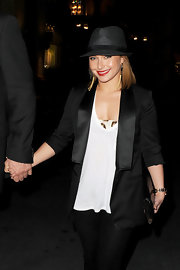 Hayden looked ultra classy in her tuxedo blazer and black fedora hat. She vamped up her look with a touch of red lipstick and god accessories.