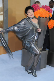 Liza Minnelli matched her dress with a pair of ankle boots of the same color.