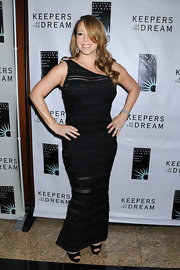 Mariah wore a black, one shoulder gown with black peep-toed pumps and a side-swept hairstyle. Maybe it's the camera angle but this look wasn't flattering on the singer.