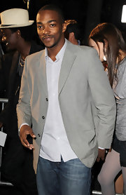 A blazer paired with a button down always looks stylish—Anthony Mackie's certainly wasn't an exception.