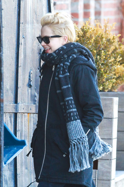 More Pics of Michelle Williams Patterned Scarf (1 of 8) - Michelle Williams Lookbook - StyleBistro