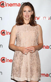 Jennifer Garner accessorized with a yellow gold, platinum and diamond ring.