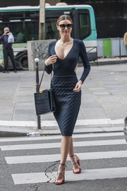 Miranda Kerr looked impossibly svelte in a long-sleeve navy dress with side cutouts and a plunging neckline.