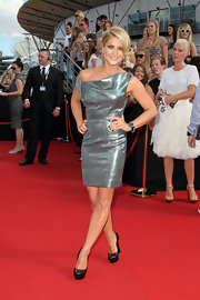 Natalie wore a metallic off-the-shoulder cocktail dress for the ARIA Awards in Sydney.