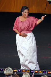 Oprah Winfrey's loose pink blouse and long white skirt on her 'Ultimate Australian Adventure' were a lovely pairing.