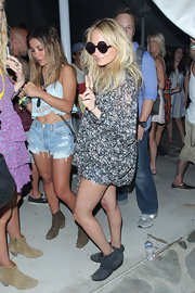 Nicole Richie teamed her loose floral tunic with gray suede ankle booties.