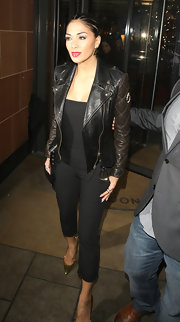 Nicole Scherzinger opted for a cool and classic leather jacket with quilted sleeves for her evening look.