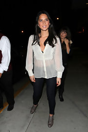 Olivia Munn kept on-trend in the gray lace up oxfords she paired with a Joie top and skinny jeans.