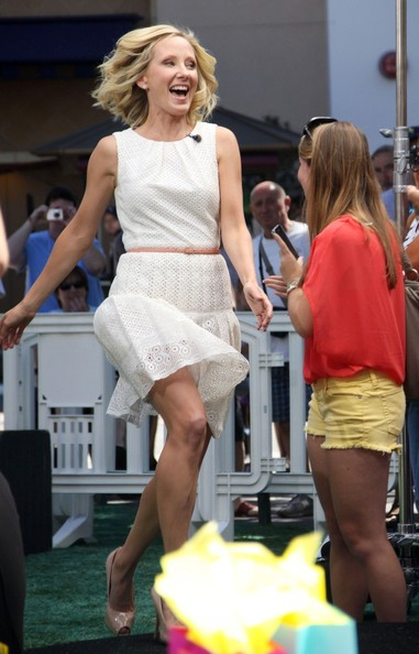 Anne Heche was a ray of sunshine in this sweet white eyelet dress.