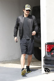 Orlando Bloom chose a black leather jacket to pair over his tee while leaving the gym.