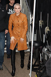 Jessie J sported a tan leather coat while performing at the Tate Modern.