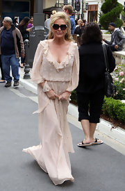 Kathy Hilton looked super chic in her maxi dress and oversized sunnies on 'Extra.'
