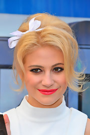 Flippy, face-framing strands and a darling hair bow gave Pixie's bottle-blond tresses a chic '60s vibe.