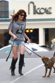 Jacqueline MacInnes Wood's slouchy black knee-high boots were a fab addition to her tee and cutoffs combo.