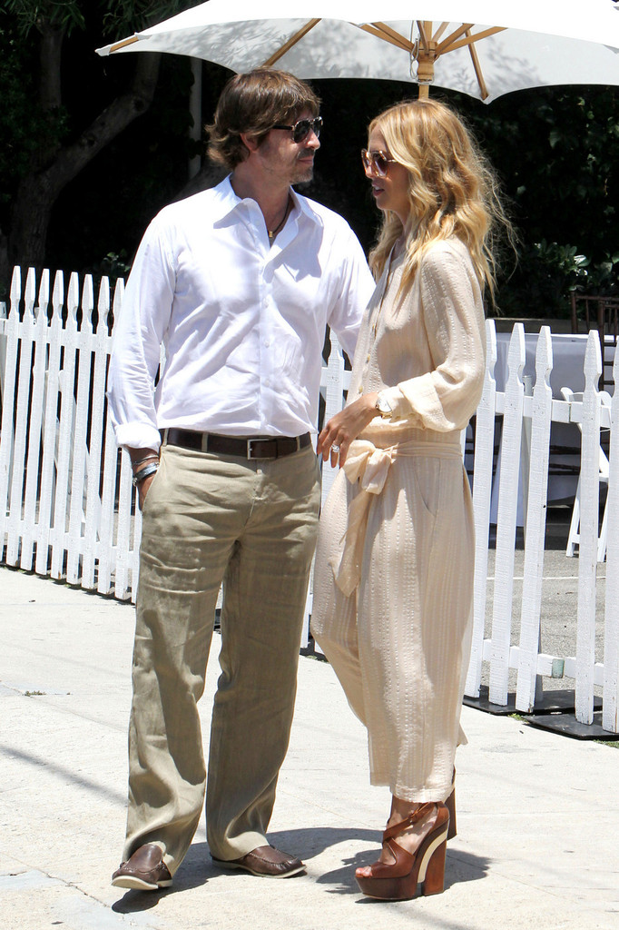 08cb532368f4 Rachel Zoe looked effortlessly chic at the Jenni Kayne store in a blousy  jumpsuit and tan