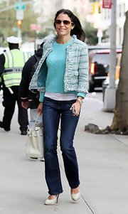 Bethenny's dark-washed bootcut jeans elongated her silhouette, especially with those beige pumps.