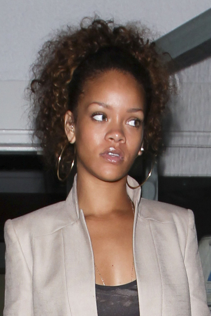 Rihanna Pinned Up Ringlets Rihanna Hair Looks Stylebistro