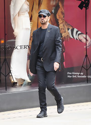 Ringo showed his rock 'n' roll style with this pair of black pants, a tee, and a blazer.