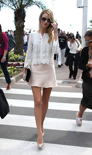 Rosie Huntington-Whiteley stunned again when she wore this eyelet white blouse and beige skirt.