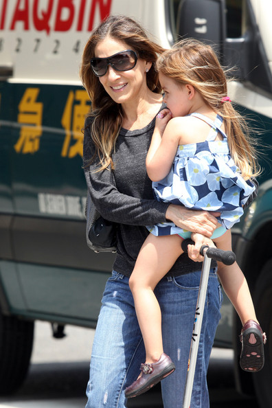 More Pics of Sarah Jessica Parker Ripped Jeans (1 of 24) - Sarah Jessica Parker Lookbook - StyleBistro