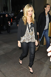 Sarah Michelle Gellar kept her street style trendy with a pair of leather like skinnies.