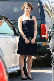 Jessica was spotted on set in black peep-toe pumps.