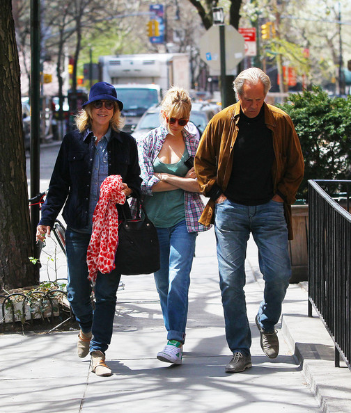 Sienna Miller Picks Up Lunch With Her Parents