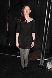 Rose McGowan paired her gray liquid leather leggings with black ankle boots.