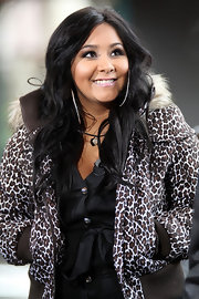 Snooki ditched her signature poof and opted for a sleek look while filming a segment for 'Extra' TV. The reality star completed her look with fluttering lashes.