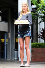 Sophie looked effortlessly sexy in cutoff shorts and metallic ballet flats.