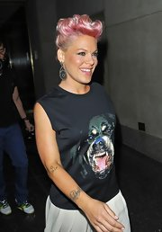 Pink's danging geometric earrings added a sleek shape to her overall loose look.